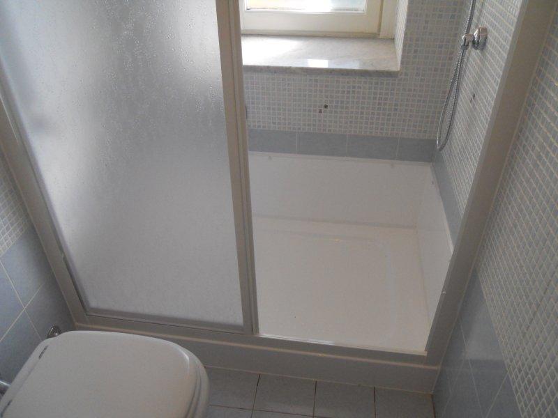 Il piatto doccia e 39 stato posato nello spazio della doccia - Sovrapposizione piastrelle bagno ...